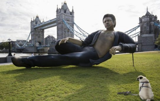25-Foot Sexy Jeff Goldblum From Jurassic Park Statue Erected In London
